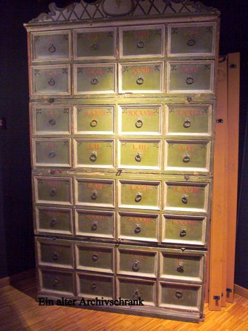 Alter Archivschrank